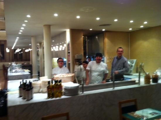 El Racó - Rambla Catalunya: The open kitchen and friendly staff