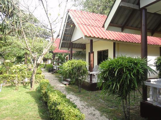 Lanta Nice Beach Resort: garden view bungalows