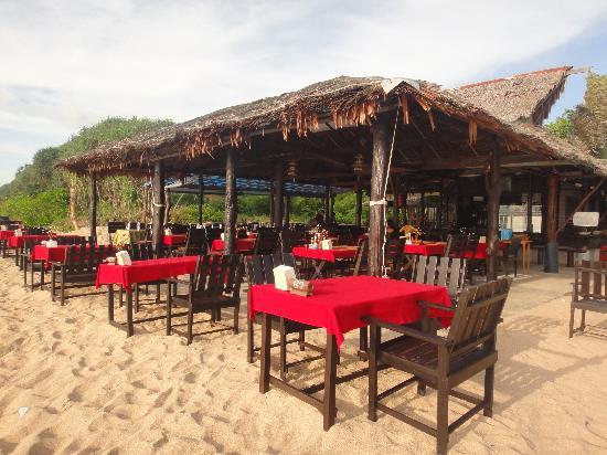 Lanta Nice Beach Resort: restaurant-bar on the beach