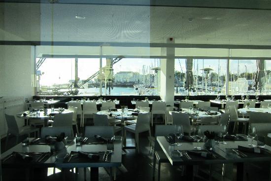 Altis Belém Hotel & Spa: Frühstücks-/Restaurantbereich mit Blick auf den Yachthafen