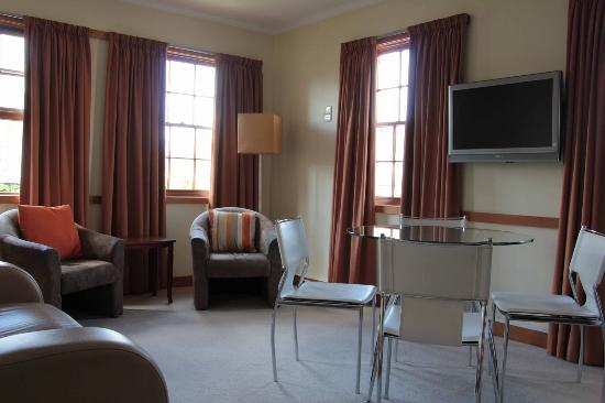 Avon Court Apartments : Lounge/Dining room
