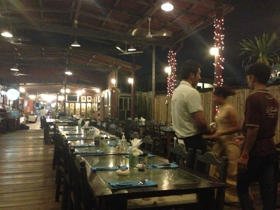 Hua Hin Seaside Restaurant : serving those lucky to get seafront seat