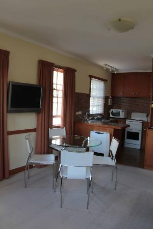Avon Court Apartments : Dining/Kitchen