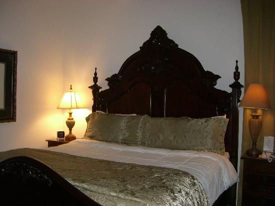 The Beaufort Inn: The huge bed