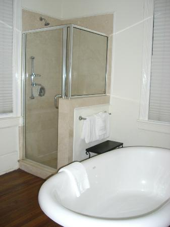 The Beaufort Inn: The bathroom, very clean and huge bath