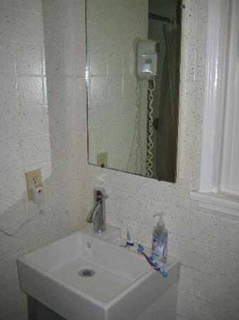 Jerry's Motel: Cuarto de baño, renovado y limpio