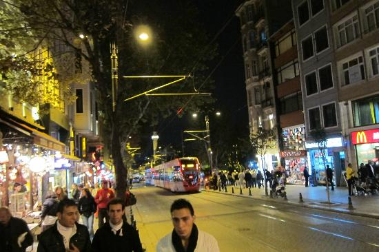 Sultanahmetdistriktet: Sultanahmet street at night
