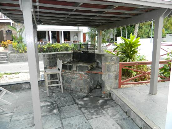 The Old Gin House: BBQ area