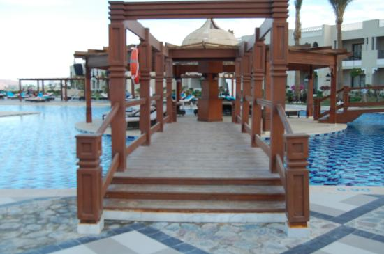 Sunrise Grand Select Arabian Beach Resort: Pool area