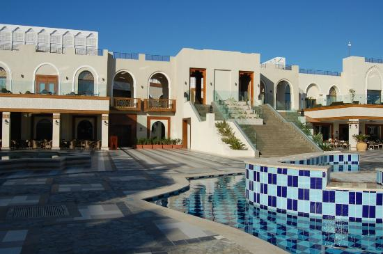 Sunrise Grand Select Arabian Beach Resort: Steps to terrace, shops and reception
