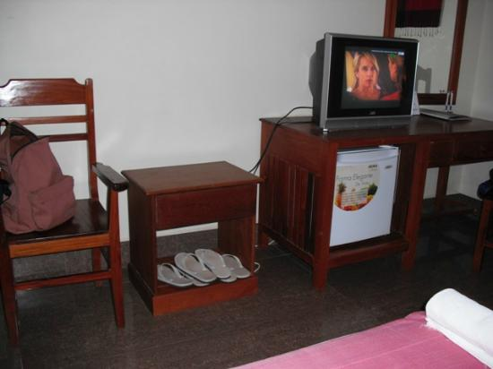 Golden Mango Inn: Spcious Triple Room with TV & Air-Conditioner