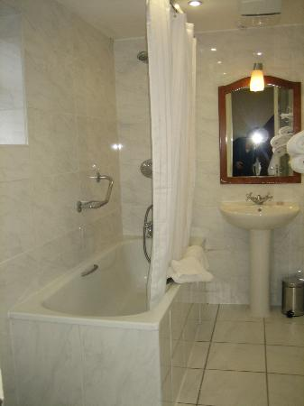 Buswells Hotel: bathroom