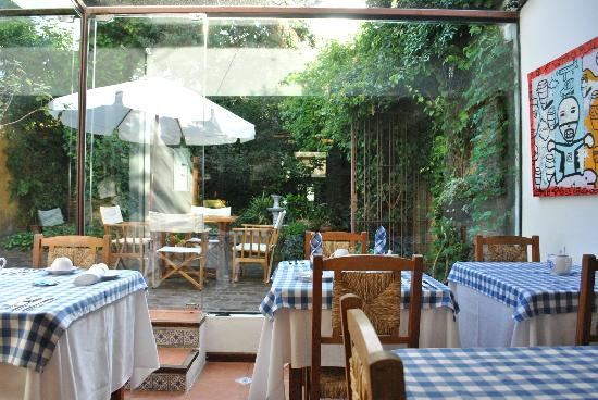 Hotel posada Manuel de lobo: Salón desayunador y patio con jardín