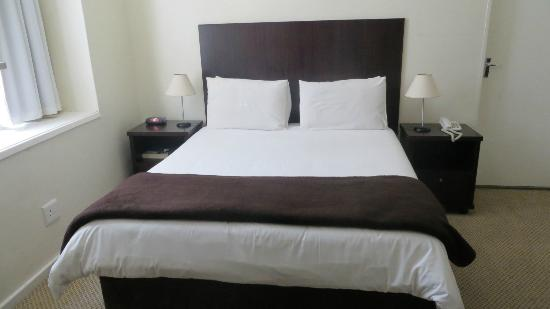 โรงแรมทูดอร์: Beautiful big bed, perfect after backpacking for 2 weeks