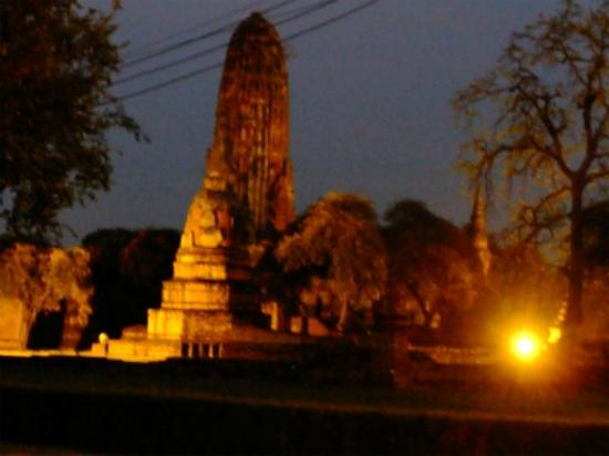Wat Phra Ram : ライトアップも美しい