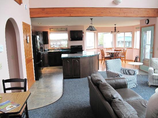 Driftwood Inn & Homer Seaside Lodges: Kitchen/dining area