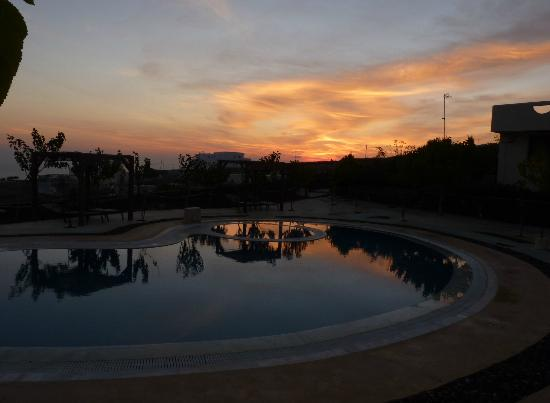 Santorini Mesotopos : sunrise over the pool