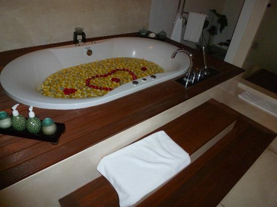 The Samaya Bali Ubud: Wirlpool bathtub