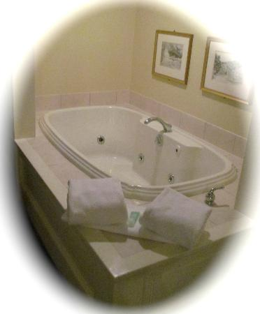 Green Mountain Inn: Our huge soaking tub.