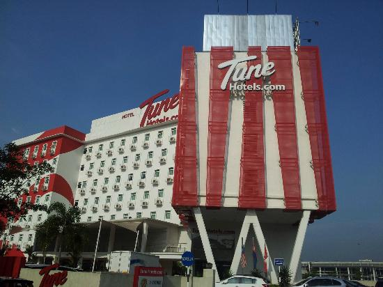Tune Hotel Danga Bay: The hotel's Red and White facade...