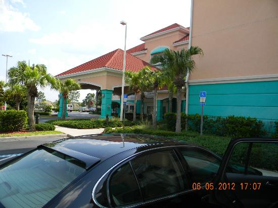 Holiday Inn Express Hotel and Suites Orlando-Lake Buena Vista South : ingreso al hotel, entrada.