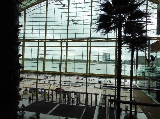 Detroit Marriott at the Renaissance Center: GM front lobby