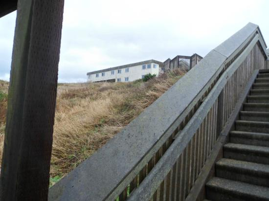 Bandon Beach Motel: Looking up at motel from 1/2 ways down to the beach on the stairs