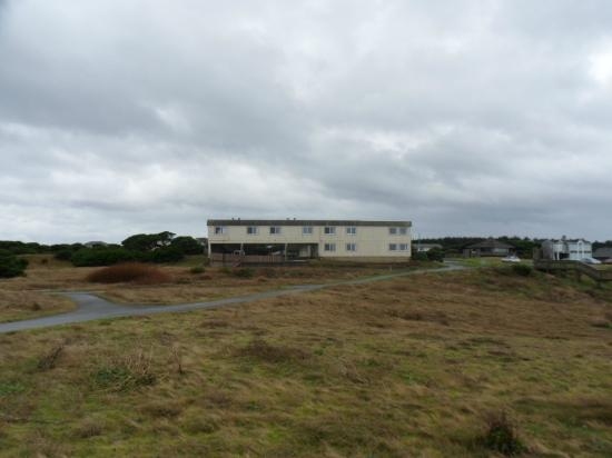 Bandon Beach Motel: Looking back at the motel from the bluff