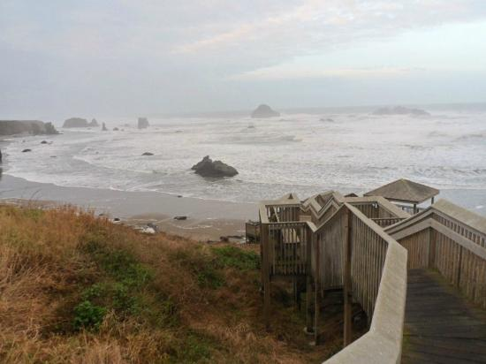 Bandon Beach Motel: Stair way to the beach, state park