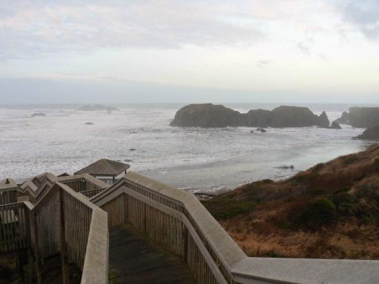 Bandon Beach Motel: Looking at a winter stormy sea