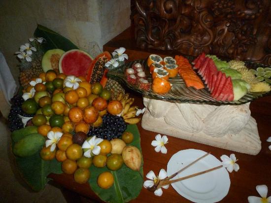 Matahari Beach Resort & Spa: breakfast fruit buffet