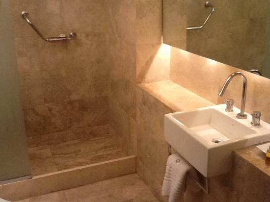 Urban Suites Recoleta Boutique Hotel: decent bathroom-small counterspace
