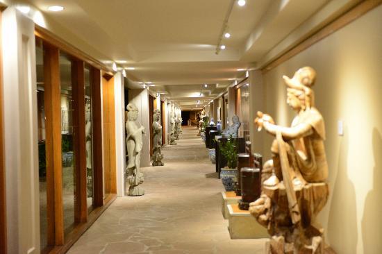 Waikoloa Beach Resort: Asian art in the cavernous corridors