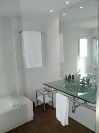 AC Hotel La Linea by Marriott: Bright bathroom