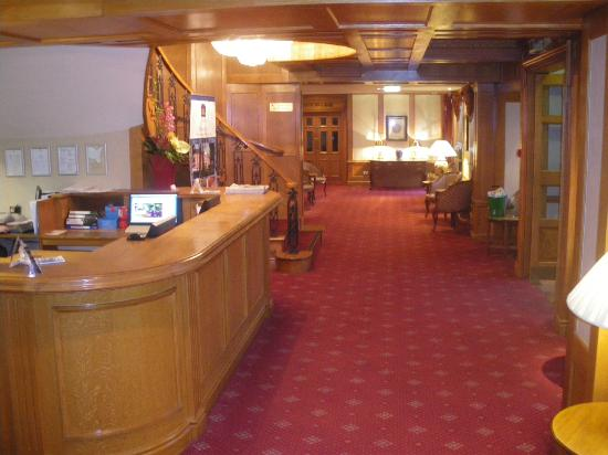 Best Western Plus Manor Hotel: reception