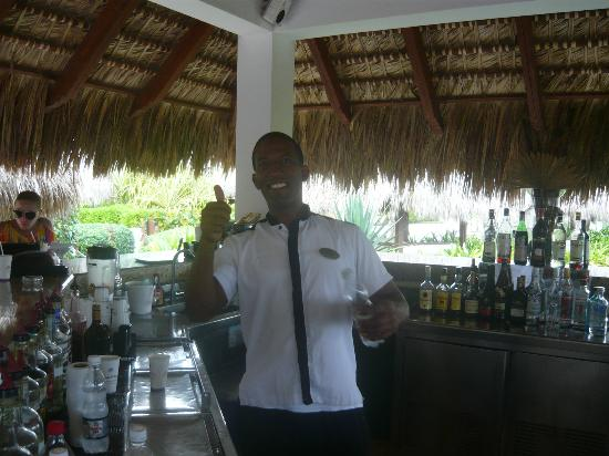 Paradisus Palma Real Golf & Spa Resort: Sunset Bartender Wilkin