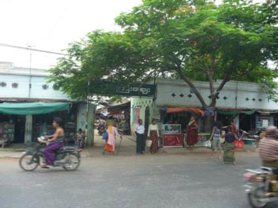 U Bein Köprüsü: Entrée du marché sur la route du bus 8