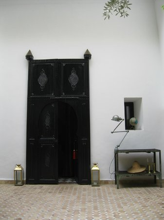 Riad Magellan: Courtyard red room door
