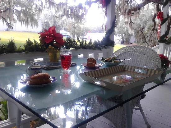 The Tilted Teacup Tea Room and Boutique: Outside porch dining