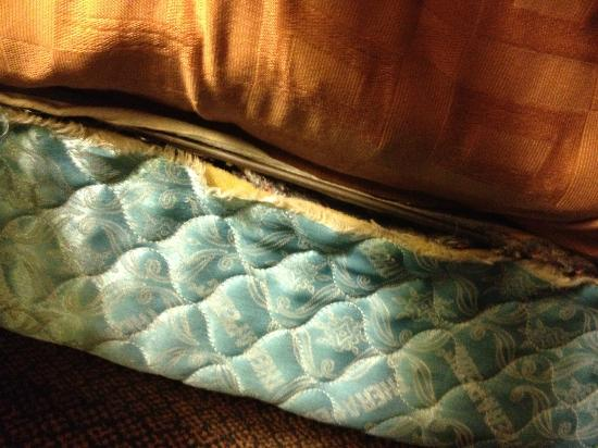 Comfort Inn & Suites: The disgusting box spring & mattress