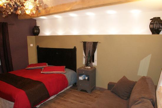 Le Mas Boheme : La chambre avec son beau lit