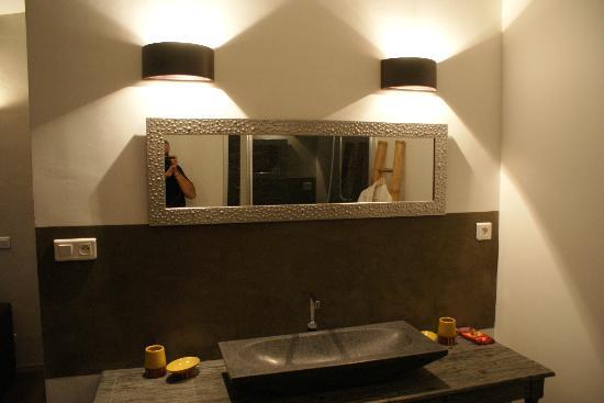 Le Mas Boheme : La salle de bain pleine de charme