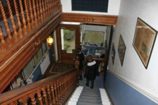 Priestville Guest House: Stairway from guest rooms to entryway