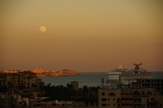 Portofino de Cabo Resort: Moonrise from our balcony.