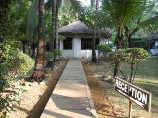 Chhuti Holiday Resort: Way to the reception