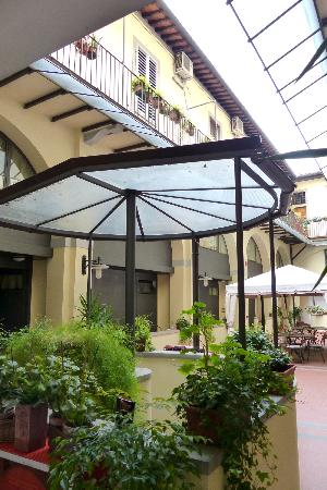 Residence La Contessina: The enclosed patio