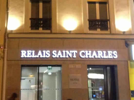 Le Relais Saint Charles: Front hotel at night