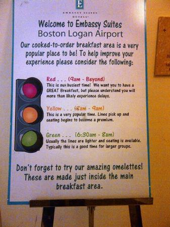 Embassy Suites by Hilton Boston - at Logan Airport: Letrero con recomendaciones respecto al horario de desayunos