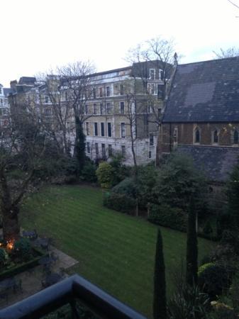 كراون بلازا لندن - كنسينجتون: View over the garden 