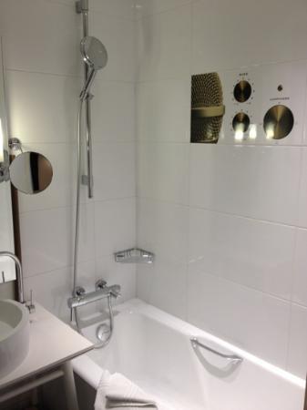 Hotel du Triangle d'Or: bathroom